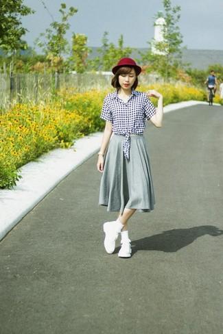 Cómo combinar: sombrero de lana burdeos, deportivas blancas, falda midi plisada gris, blusa de botones de cuadro vichy en blanco y negro