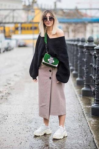 Cómo combinar: bolso bandolera de ante verde, deportivas blancas, falda midi con recorte en beige, jersey oversized negro
