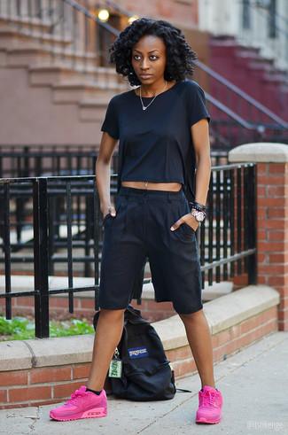 Cómo combinar: mochila de lona negra, deportivas rosa, falda pantalón negra, camiseta con cuello circular negra