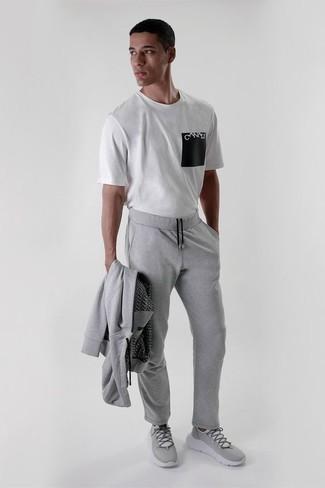 Combinar un chándal: Intenta ponerse un chándal y una camiseta con cuello circular estampada en blanco y negro transmitirán una vibra libre y relajada. Deportivas grises son una opción estupenda para completar este atuendo.
