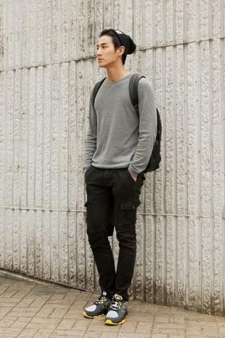 Cómo combinar: mochila de cuero negra, deportivas grises, pantalón cargo negro, jersey con cuello circular gris