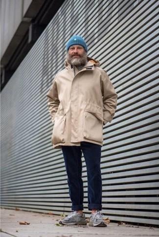 Combinar un gorro azul: Una parka marrón claro y un gorro azul son una gran fórmula de vestimenta para tener en tu clóset. Con el calzado, sé más clásico y elige un par de deportivas grises.