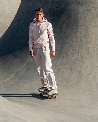 Cómo combinar: deportivas grises, pantalón chino blanco, sudadera con capucha rosada