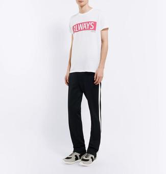 Cómo combinar: deportivas grises, pantalón de chándal de rayas verticales en negro y blanco, camiseta con cuello circular estampada en blanco y rojo