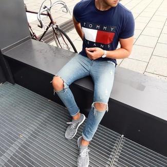 Combinar unas deportivas grises: Una camiseta con cuello circular estampada azul marino y unos vaqueros pitillo desgastados celestes son una opción muy buena para el fin de semana. Deportivas grises son una opción muy buena para complementar tu atuendo.