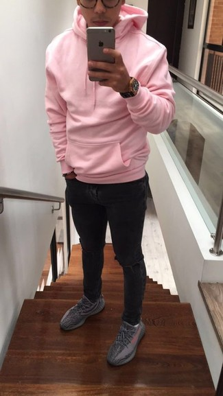 Cómo combinar: reloj de cuero negro, deportivas grises, vaqueros pitillo desgastados negros, sudadera con capucha rosada