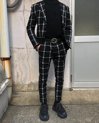 Combinar un traje a cuadros en blanco y negro: Considera emparejar un traje a cuadros en blanco y negro con un jersey de cuello alto negro para lograr un look de vestir pero no muy formal. Si no quieres vestir totalmente formal, elige un par de deportivas de ante negras.