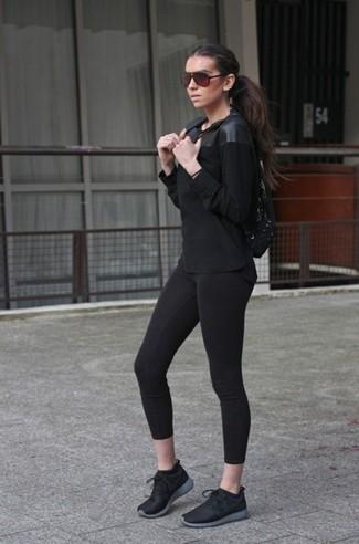 Cómo combinar: mochila de lona negra, deportivas negras, leggings negros, camiseta de manga larga de cuero negra