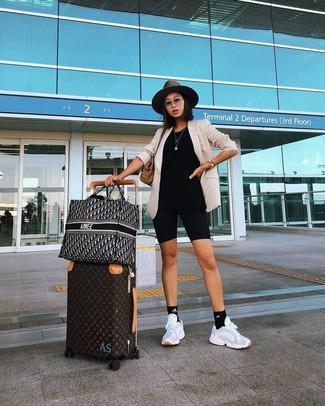 Cómo combinar: bolsa tote de lona de tartán marrón claro, deportivas blancas, mallas ciclistas negras, blazer en beige