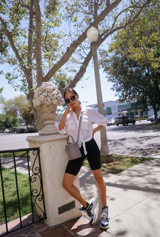 Cómo combinar: bolso bandolera de cuero gris, deportivas en multicolor, mallas ciclistas negras, camisa de vestir blanca