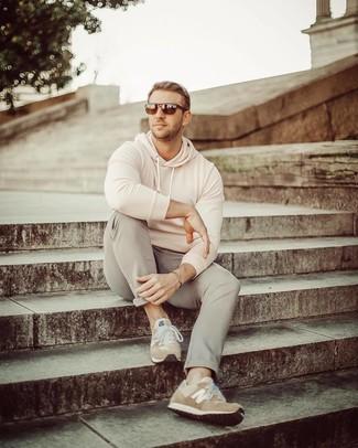 Cómo combinar: gafas de sol en marrón oscuro, deportivas de ante marrón claro, pantalón chino gris, sudadera con capucha en beige