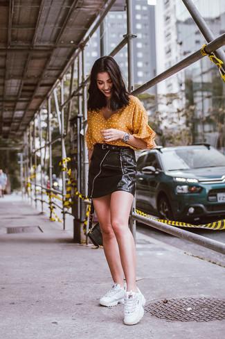 Combinar una blusa de manga corta amarilla: Ponte una blusa de manga corta amarilla y una minifalda de cuero negra para lidiar sin esfuerzo con lo que sea que te traiga el día. ¿Quieres elegir un zapato informal? Opta por un par de deportivas blancas para el día.