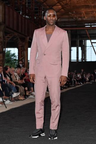 Cómo combinar: gafas de sol marrónes, deportivas negras, camiseta con cuello circular morado, traje rosado