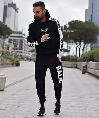 Cómo combinar: deportivas negras, chándal en negro y blanco