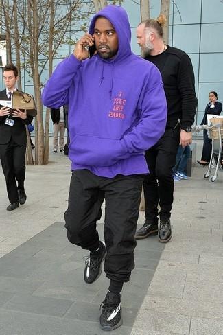 Cómo combinar: calcetines negros, deportivas negras, pantalón de chándal negro, sudadera con capucha en violeta