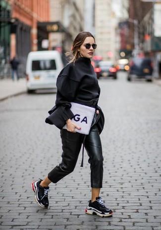 Cómo combinar: deportivas negras, pantalón de pinzas de cuero negro, blusa de manga larga negra