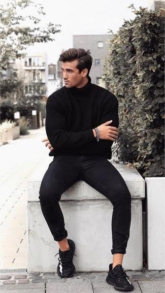 Cómo combinar: pulsera plateada, deportivas negras, vaqueros pitillo negros, jersey de cuello alto negro