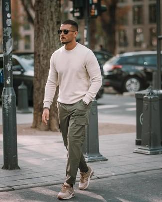 Cómo combinar: gafas de sol negras, deportivas marrón claro, pantalón cargo verde oscuro, jersey con cuello circular blanco