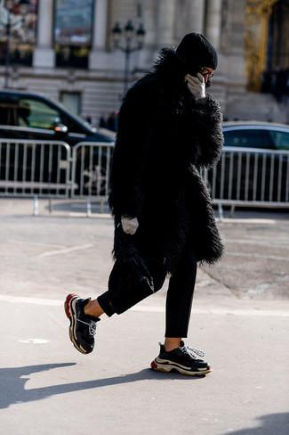 Cómo combinar: gorro negro, deportivas negras, pantalón chino negro, abrigo de piel negro
