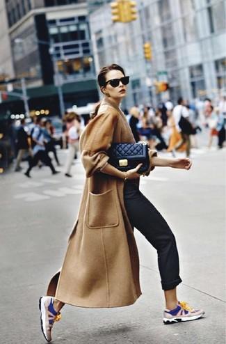 Cómo combinar: bolso bandolera de cuero acolchado negro, deportivas en azul marino y blanco, pantalón chino negro, abrigo marrón claro