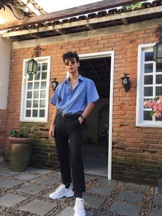 Outfits hombres: Ponte una camisa de manga corta de rayas verticales azul y un pantalón chino negro para un almuerzo en domingo con amigos. Si no quieres vestir totalmente formal, elige un par de deportivas blancas.