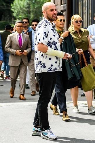 Combinar unos calcetines invisibles negros: Emparejar una camisa de manga corta estampada en blanco y azul marino junto a unos calcetines invisibles negros es una opción incomparable para el fin de semana. Activa tu modo fiera sartorial y haz de deportivas blancas tu calzado.