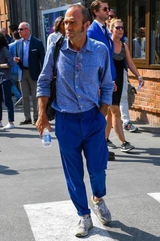 Combinar unos calcetines naranjas: Empareja una camisa de manga larga de lino azul con unos calcetines naranjas para un look agradable de fin de semana. Este atuendo se complementa perfectamente con deportivas grises.