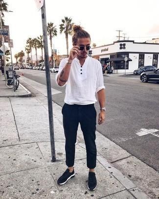 Combinar una camisa en clima caliente: Para un atuendo que esté lleno de caracter y personalidad intenta ponerse una camisa y un pantalón chino azul marino. Completa el look con deportivas en negro y blanco.