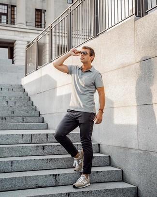 Cómo combinar: gafas de sol en marrón oscuro, deportivas de ante marrónes, pantalón chino en gris oscuro, camisa polo gris
