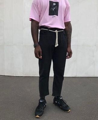 Cómo combinar: reloj de goma negro, deportivas negras, pantalón chino de lino negro, camiseta con cuello circular estampada rosada