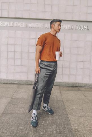 Cómo combinar: bolsa tote de cuero gris, deportivas de ante verde oscuro, pantalón chino de lana gris, camiseta con cuello circular en tabaco