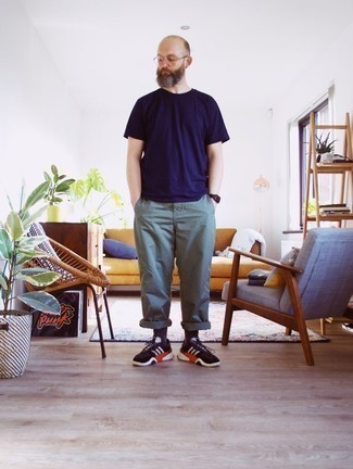 Combinar un pantalón chino en verde menta: Equípate una camiseta con cuello circular azul marino con un pantalón chino en verde menta para lidiar sin esfuerzo con lo que sea que te traiga el día. ¿Por qué no añadir deportivas en negro y blanco a la combinación para dar una sensación más relajada?