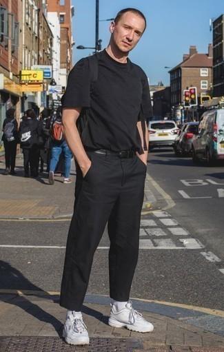 Outfits hombres: Elige una camiseta con cuello circular negra y un pantalón chino negro para cualquier sorpresa que haya en el día. ¿Quieres elegir un zapato informal? Opta por un par de deportivas blancas para el día.