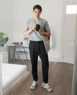 Combinar unas deportivas grises: Intenta combinar una camiseta con cuello circular gris junto a un pantalón chino negro para un look diario sin parecer demasiado arreglada. Haz este look más informal con deportivas grises.