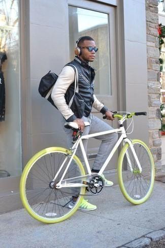 Combinar un bolso baúl de lona negro: Ponte una cazadora de aviador en negro y blanco y un bolso baúl de lona negro para un look agradable de fin de semana. Deportivas en amarillo verdoso son una opción excelente para completar este atuendo.