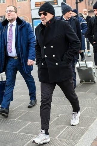 Combinar un chaquetón negro: Intenta ponerse un chaquetón negro y un pantalón chino negro para crear un estilo informal elegante. Deportivas blancas añadirán un nuevo toque a un estilo que de lo contrario es clásico.