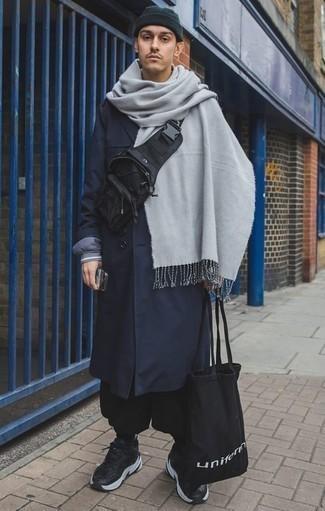 Combinar una bufanda gris: Emparejar un chubasquero azul marino junto a una bufanda gris es una opción inigualable para el fin de semana. Deportivas en negro y blanco son una opción atractiva para completar este atuendo.