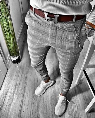 Cómo combinar: correa de cuero burdeos, deportivas grises, pantalón chino de tartán gris, jersey de ochos gris