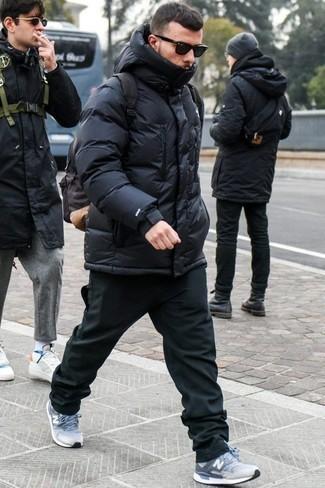 Combinar un plumífero negro: Si buscas un estilo adecuado y a la moda, utiliza un plumífero negro y un pantalón chino negro. Si no quieres vestir totalmente formal, complementa tu atuendo con deportivas celestes.