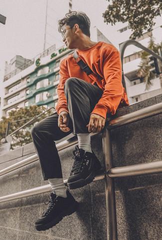 Cómo combinar: riñonera naranja, deportivas negras, pantalón chino negro, sudadera naranja