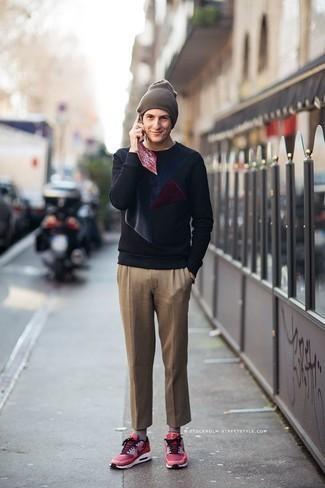 Outfits hombres: Para crear una apariencia para un almuerzo con amigos en el fin de semana utiliza una sudadera estampada azul marino y un pantalón chino marrón claro. ¿Te sientes valiente? Completa tu atuendo con deportivas rosa.