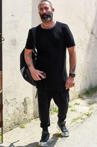 Combinar un bolso baúl de lona negro: Para un atuendo tan cómodo como tu sillón intenta ponerse una camiseta con cuello circular negra y un bolso baúl de lona negro. Haz deportivas negras tu calzado para mostrar tu inteligencia sartorial.