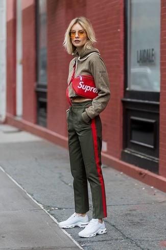 Cómo combinar: riñonera de cuero roja, deportivas blancas, pantalón de chándal verde oliva, sudadera con capucha verde oliva