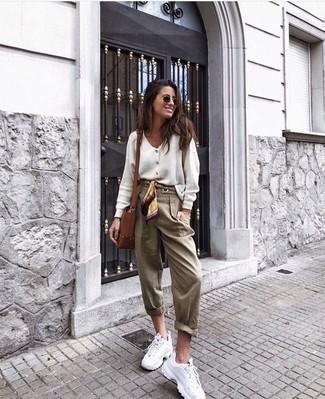 Cómo combinar: bolso bandolera de cuero marrón, deportivas blancas, pantalón de pinzas marrón claro, cárdigan blanco
