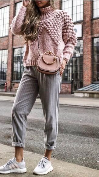 Cómo combinar: bolso bandolera de cuero rosado, deportivas grises, pantalón de pinzas de rayas verticales gris, jersey de cuello alto de punto rosado