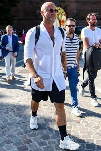 Combinar unas gafas de sol en violeta: Elige una camisa de manga larga blanca y unas gafas de sol en violeta transmitirán una vibra libre y relajada. Deportivas blancas son una opción inmejorable para completar este atuendo.