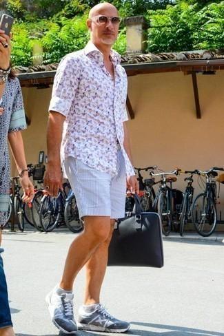 Combinar un portafolio de lona azul marino: Emparejar una camisa de manga larga estampada blanca junto a un portafolio de lona azul marino es una opción incomparable para el fin de semana. Agrega deportivas celestes a tu apariencia para un mejor estilo al instante.