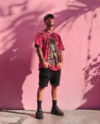 Cómo combinar: gorra de béisbol estampada en negro y blanco, deportivas negras, pantalones cortos vaqueros desgastados negros, camiseta con cuello circular estampada rosa