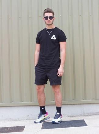 Combinar unas deportivas en multicolor: Casa una camiseta con cuello circular estampada en negro y blanco junto a unos pantalones cortos negros para un look agradable de fin de semana. ¿Quieres elegir un zapato informal? Elige un par de deportivas en multicolor para el día.