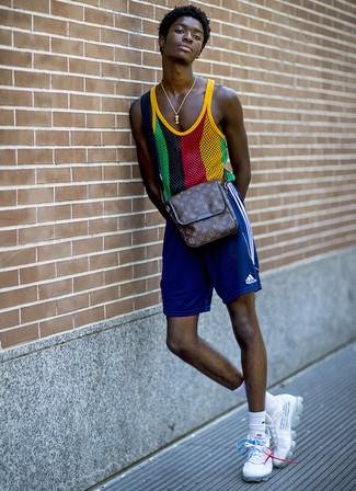 Cómo combinar: bolso mensajero de cuero estampado en marrón oscuro, deportivas blancas, pantalones cortos deportivos azules, camiseta sin mangas de malla en multicolor